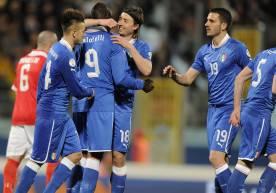 (getty images) Gli azzurri abbracciano BALOTELLI dopo la rete dello 0-2