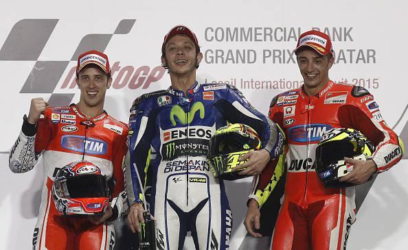 Moto Gp. Qatar: Valentino Rossi super, che finale con Dovizioso! Iannone terzo. Trionfo italiano (FOTO)