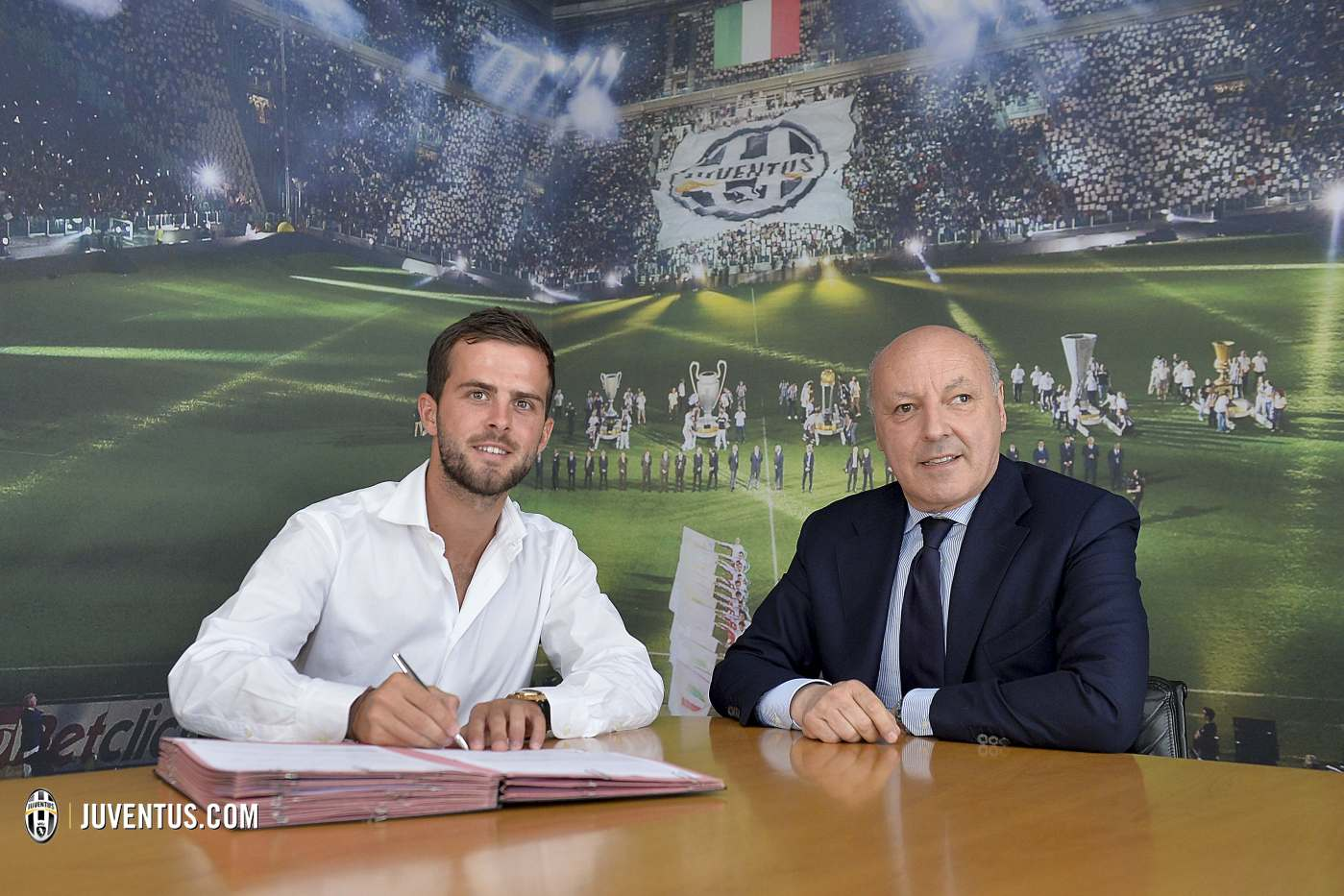 Miralem Pjanic firma con la Juventus