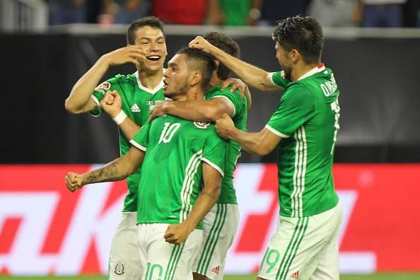 Il Messico festeggia il gol di Corona, che vale il primo posto del girone C di Copa America