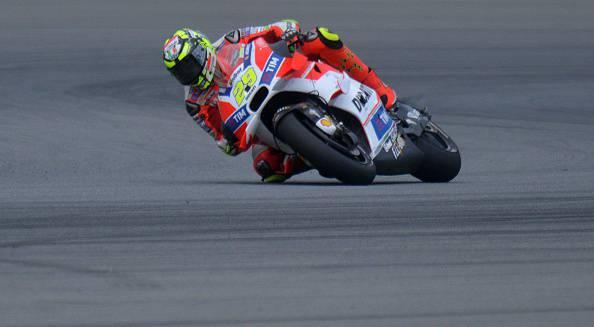 Andrea Iannone, pilota Moto GP alla guida di una Ducati