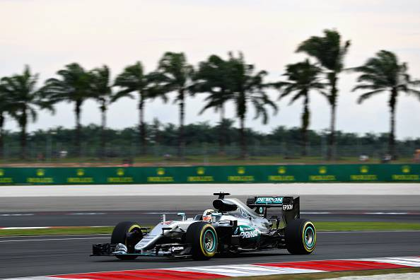 F1, GP Malesia: pole di Lewis Hamilton. Seconda fila tutta Red Bull