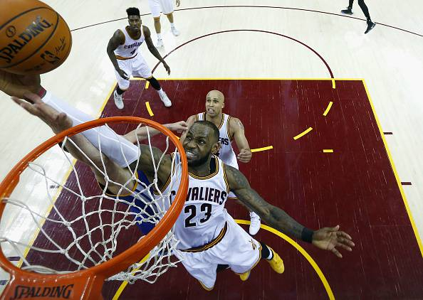 NBA, primo squillo per i Warriors: James trascina i Cavs