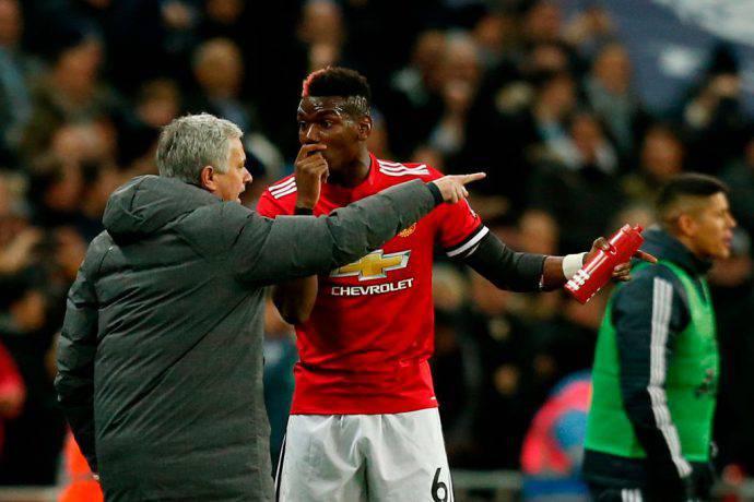 Jose Mourinho e Paul Pogba discutono in campo
