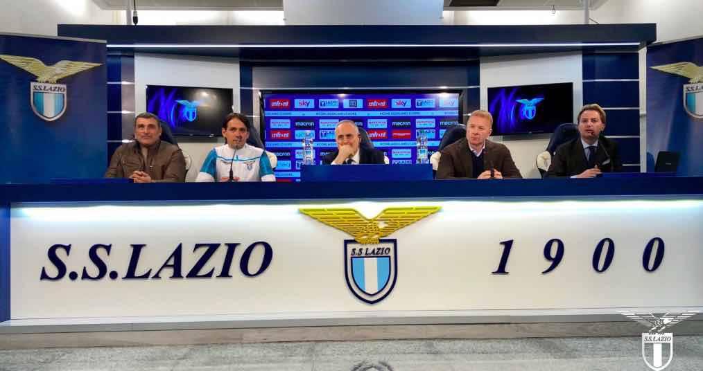 Claudio Lotito e lo stato maggiore della Lazio in conferenza stampa a Formello