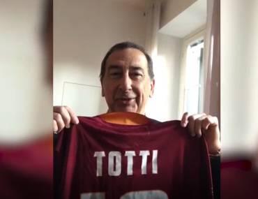 Giuseppe Sala mostra la maglia di Francesco Totti