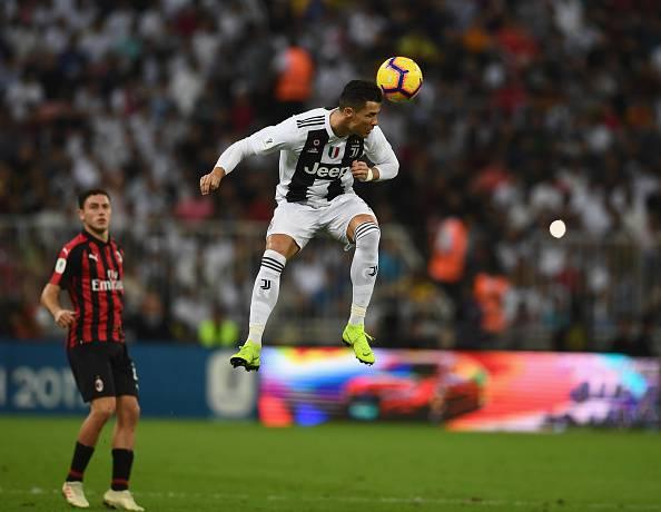 Ronaldo stacca di testa