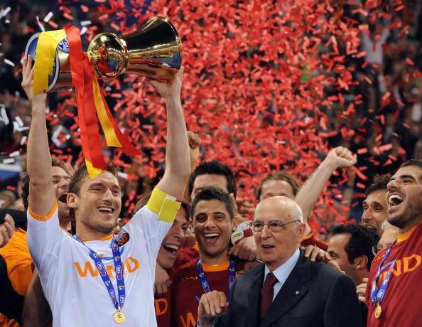 Totti alza al cielo la Coppa Italia 2008