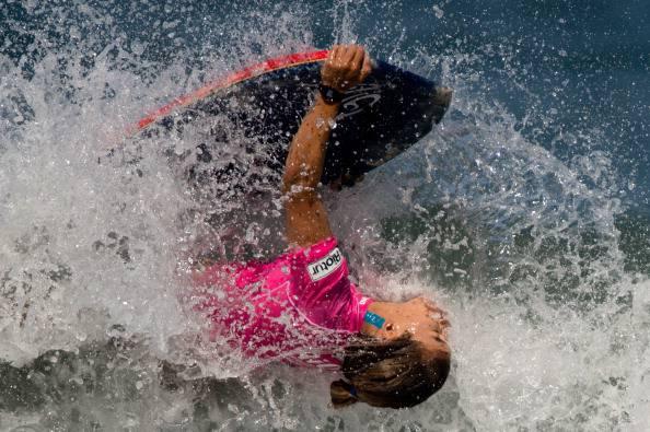 Tragedia in mare, un fulmine non lascia scampo alla campionessa di surf