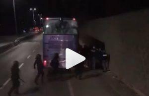 La Polizia interviene con forza su un pullman di tifosi dell'Atalanta
