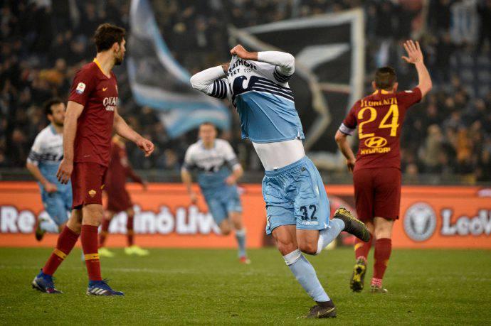La gioia di Cataldi dopo il suo gol sotto la nord