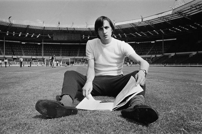 Cruijff legge il giornale sul prato di Wembley!