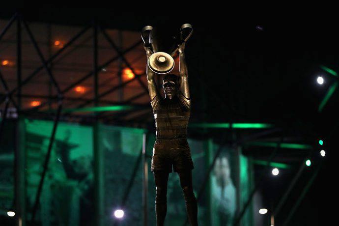 La statua di McNeill all'entrata del Celtic Park