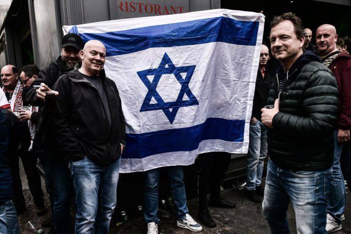 La stella di David insieme ai tifosi dell'Ajax