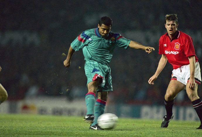 Romario sfugge a Gary Pallister nel 1994