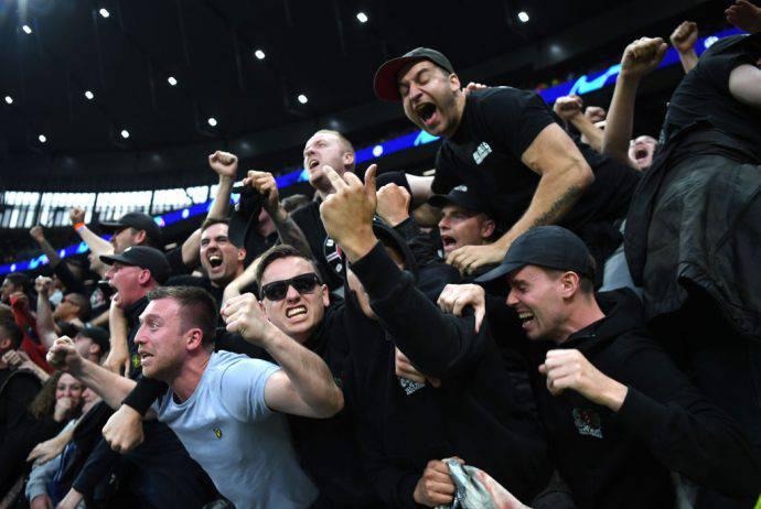 Tifosi dell'Ajax in delirio a Londra