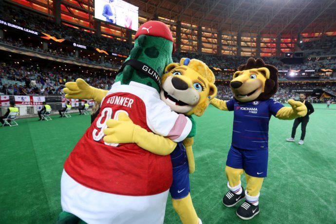 Arsenal e Chelsea con le loro mascotte a Baku