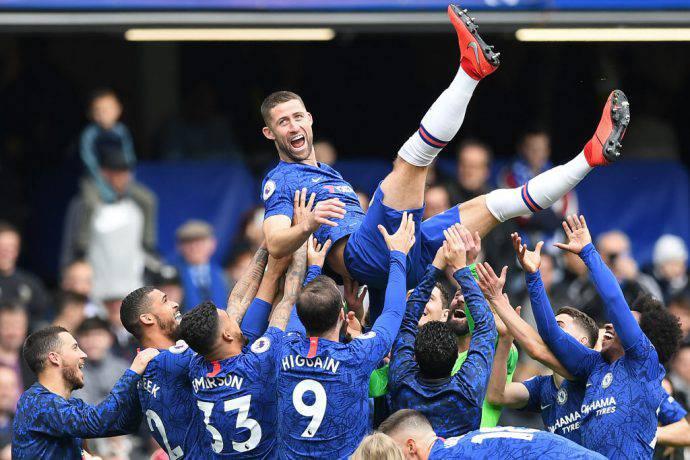 Cahill salutato dai compagni del Chelsea con la nuova divisa