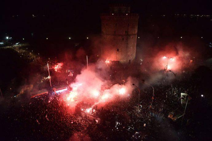Delirio dei fans del Paok sotto la Torre Bianca di Salonicco