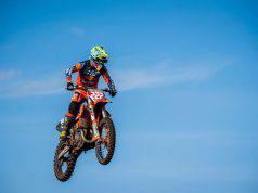 Il volo di una moto da cross nel cielo azzurro