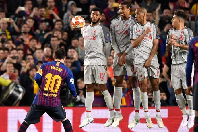 La punizione di Messi è leggermente deviata