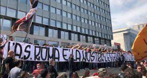 """Parte la contestazione. Esposto striscione: """"L'AS Roma appartiene a noi"""". Distribuiti cartelli: """"Pallotta vattene"""", """"Le leggende non si toccano"""" pic.twitter.com/0qed9NJ79f— Mattia Zucchiatti (@Mzucchiatti95) 17 maggio 2019"""