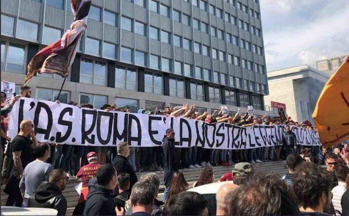 """<blockquote class=""""twitter-tweet"""" data-lang=""""it""""><p lang=""""it"""" dir=""""ltr"""">Parte la contestazione. Esposto striscione: """"L'AS Roma appartiene a noi"""". Distribuiti cartelli: """"Pallotta vattene"""", """"Le leggende non si toccano"""" <a href=""""https://t.co/0qed9NJ79f"""">pic.twitter.com/0qed9NJ79f</a></p>— Mattia Zucchiatti (@Mzucchiatti95) <a href=""""https://twitter.com/Mzucchiatti95/status/1129371835102109696?ref_src=twsrc%5Etfw"""">17 maggio 2019</a></blockquote> <script async src=""""https://platform.twitter.com/widgets.js"""" charset=""""utf-8""""></script>"""