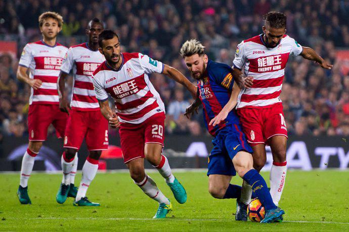 Mezzo Granada prova a fermare Messi al Camp Nou
