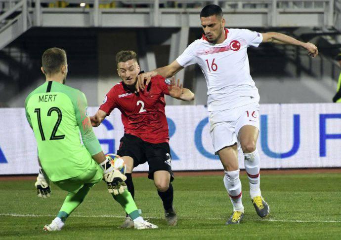 Demiral durante Albania-Turchia