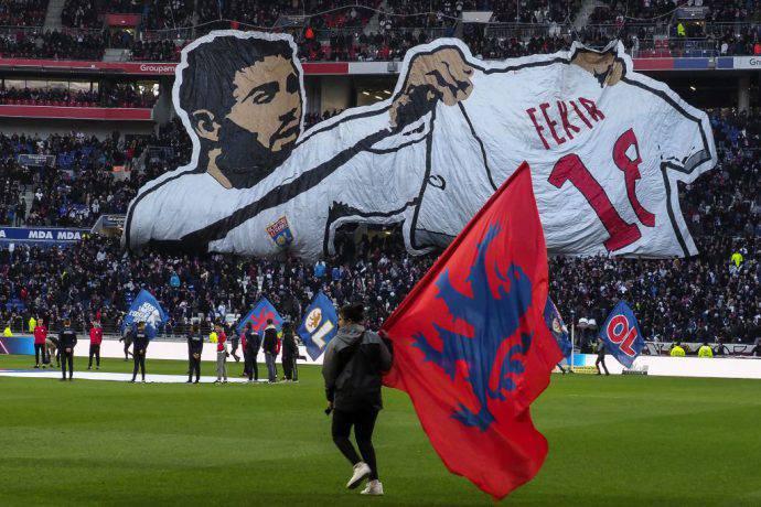 La curva del Lione omaggia il suo capitano Fekir, eroe del derby