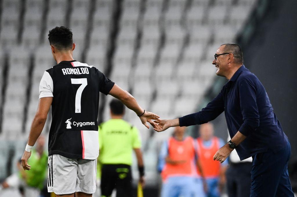 Sarri che si complimenta con Crristiano Ronaldo