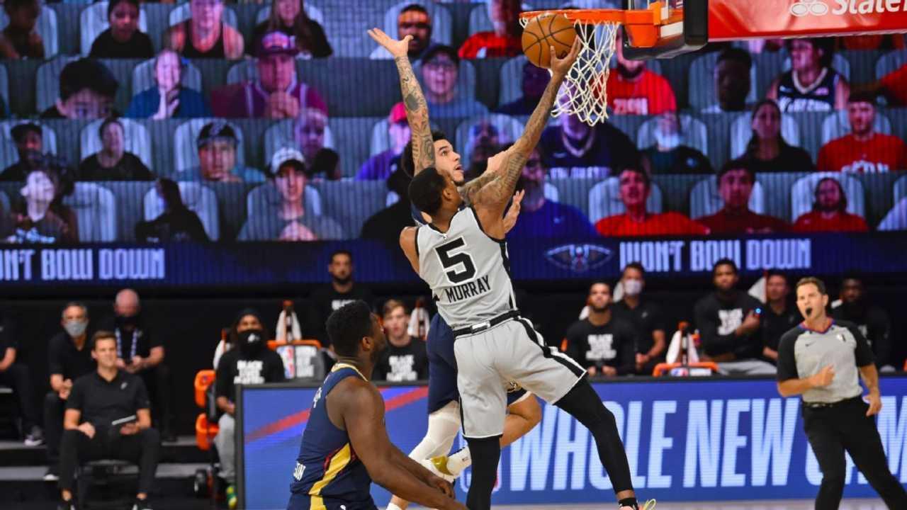 Murray dei San Antonio Spurs a canestro