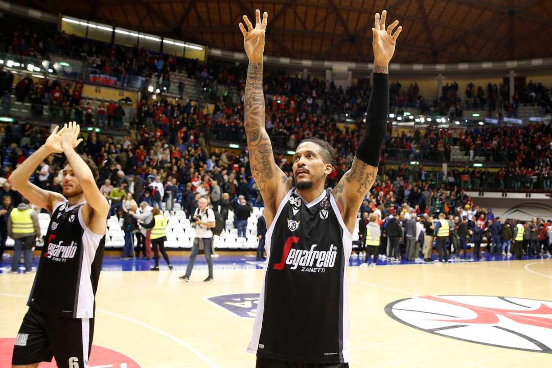 Julian Gamble festeggia una vittoria della Virtus Bologna