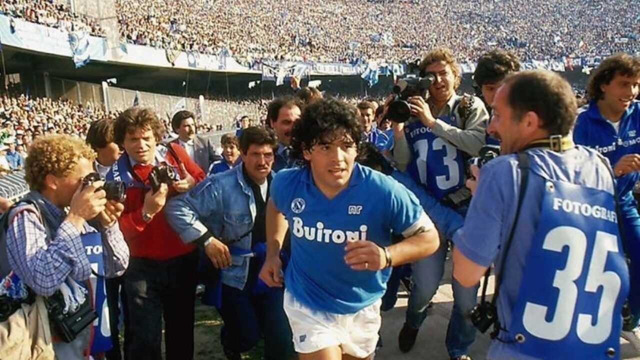 Diego Armando Maradona con la maglia del Napoli