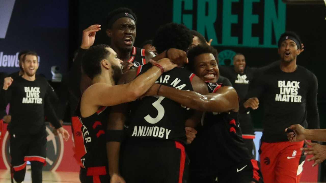 I Toronto Raptors festeggiano la vittoria all'ultimo secondo