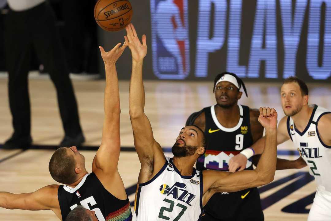 Un'istantanea del match tra Denver Nuggets e Utah Jazz